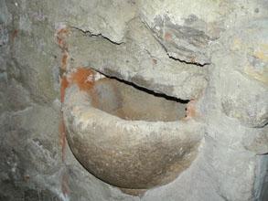 Taufstein im Kellerfundament